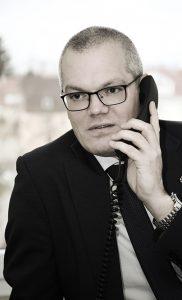 Geschäftsmann am Telefon, Sepia-Färbung des Bildes