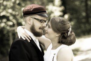 Hochzeitspaar schaut sich verliebt an