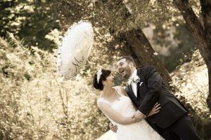 Hochzeitspaar im Wald mit großem, beschriebenen Luftballon, lachen lauthals