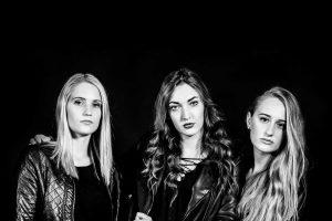 3 junge Frauen, Schwarz-Weiß-Fotografie, schwarzer Hintergrund