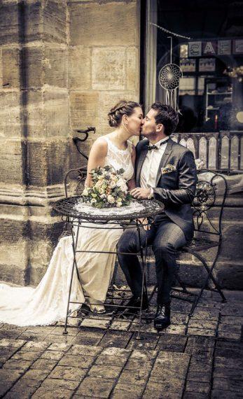 Küssendes Hochzeitspaar im Vintagelook