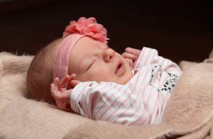 Babyshooting eines in rosa geleideten, schlafenden Babys
